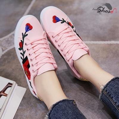 รองเท้าแฟชั่น สุดน่ารักลายดอกไม้ หนัง PU คละ size มี 2 สี