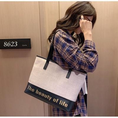 กระเป๋าสะพายข้างThe beautiful of life มี 2 สีให้เลือก